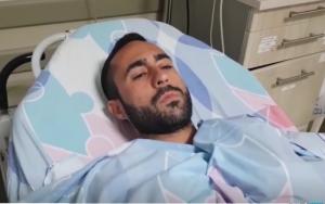 Elazar Hazut, quien fue herido por un rayo, habla a los periodistas desde la cama de su hospital en el centro médico de Barzilai