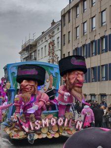 Una de las carrozas expuestas en un festival de Belgica presentaba a los judíos segun los estereotipos antisemitas de antaño.