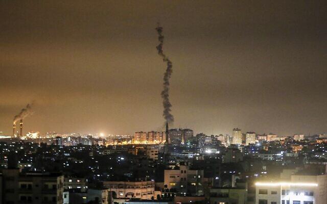 Palestinos en Gaza disparan cohetes contra Israel