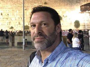 Ari Fuld, un ciudadano israelí-estadounidense de 45 años y padre de cuatro hijos, fue asesinado ayer cerca de Belén por un terrorista palestino. (Fuente de la imagen: Ari Fuld / Facebook)