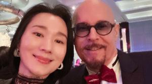 Jeffrey Schwartz con su esposa Na Tang.