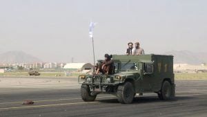 Talibanes patrullan